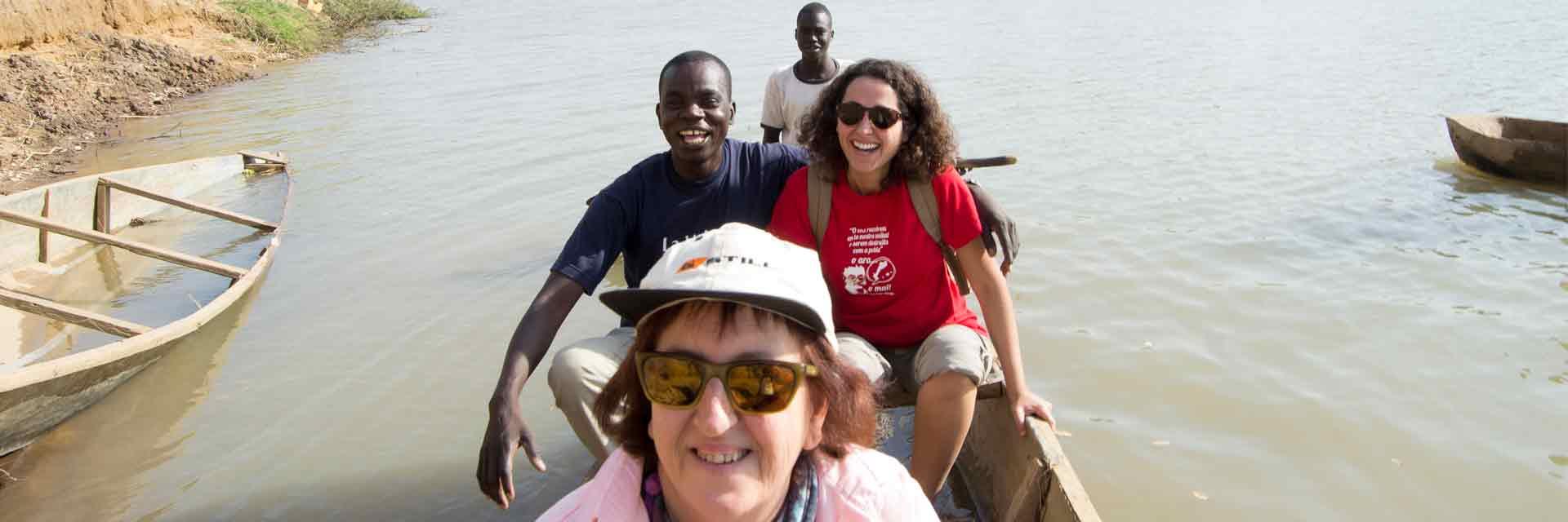 Grupo de cooperantes de travesía en el rio Logone.