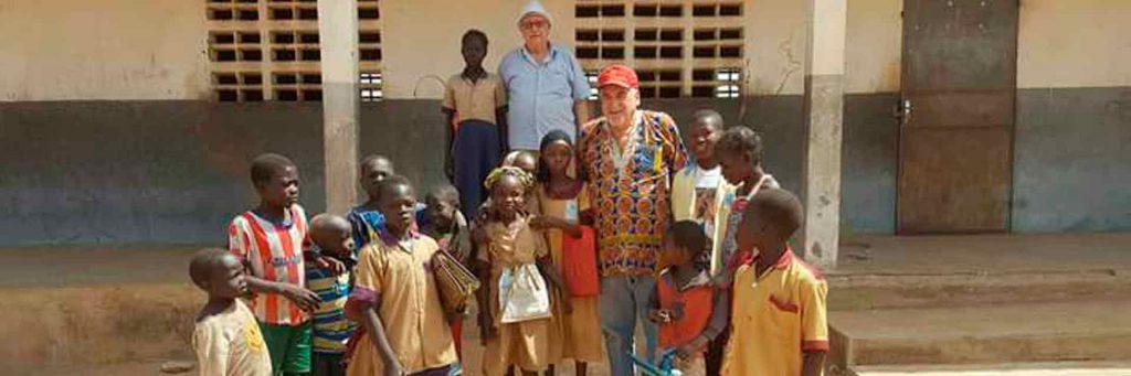 Jose Luis con un grupo de niños