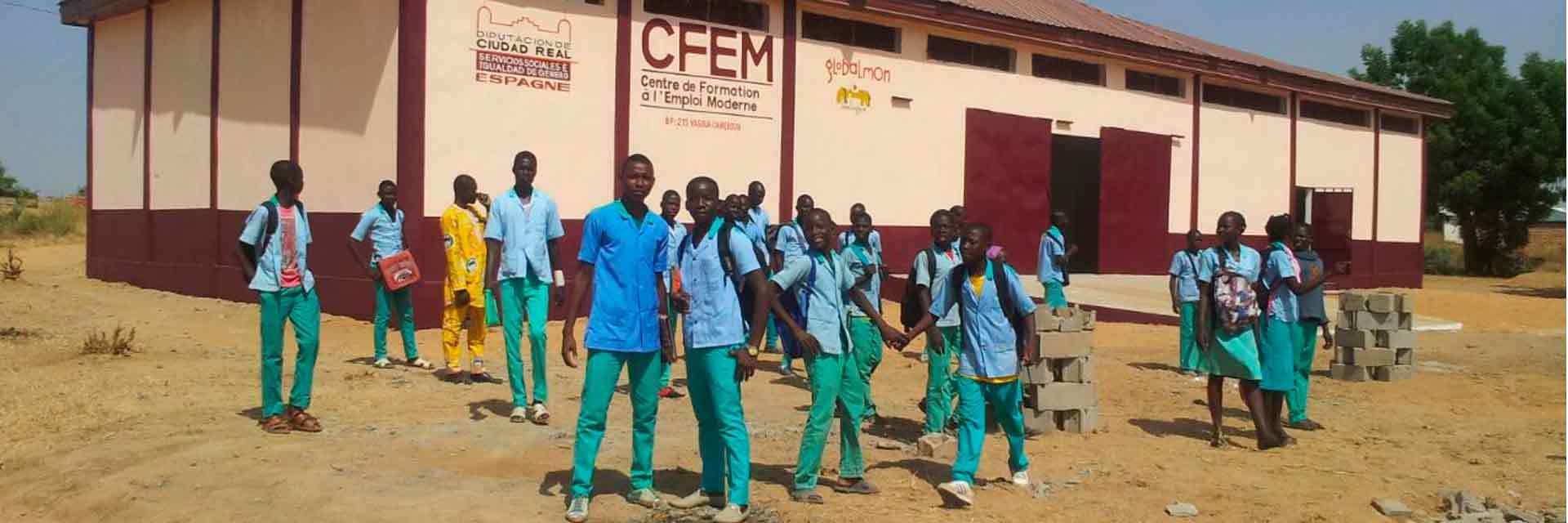 Alumnos en la puerta de un centro CFE;