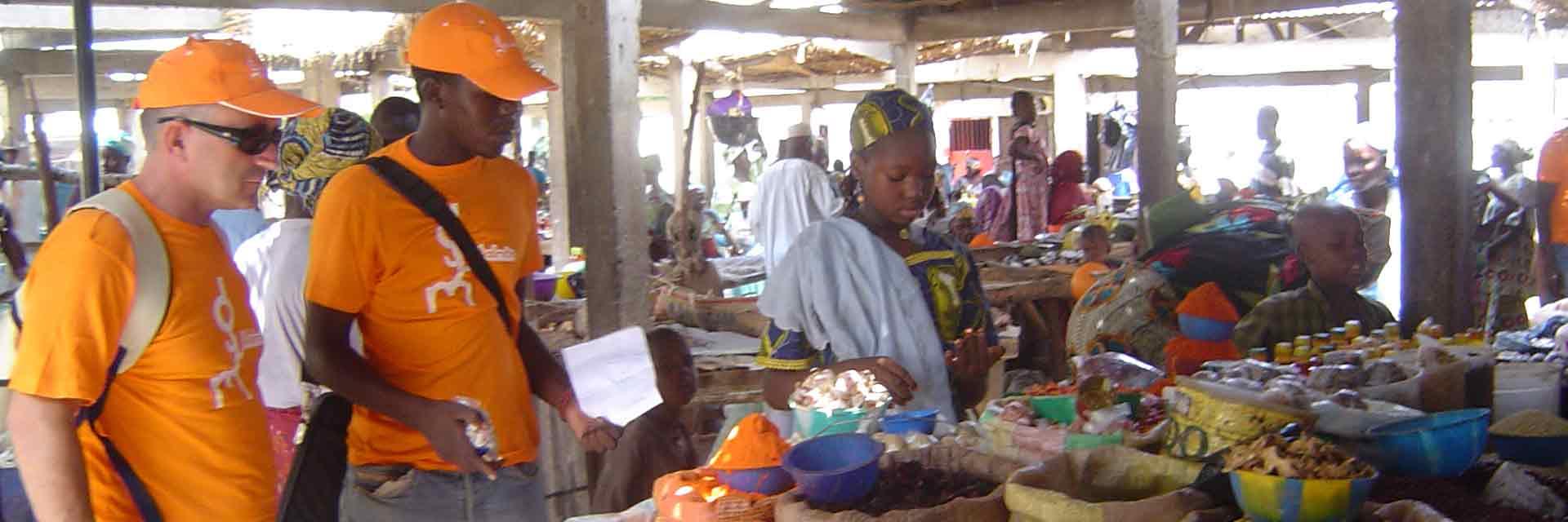 Cooperantes en un mercado local